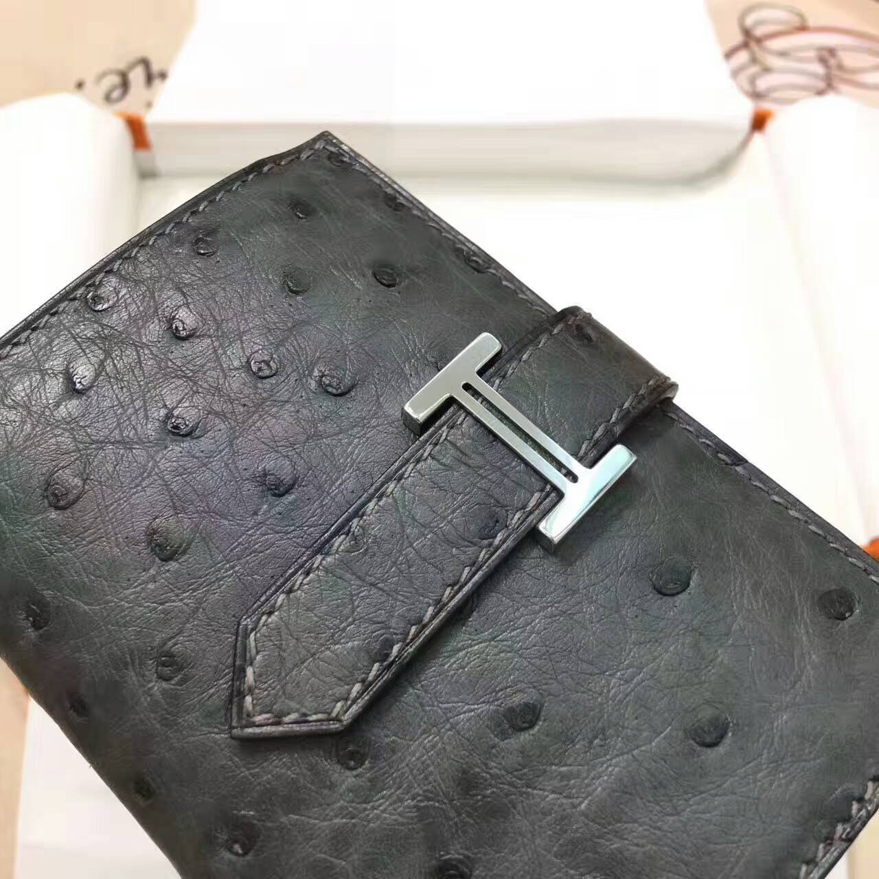 爱马仕卡包 鸵鸟皮 铁灰 银扣 手工蜡线 时尚又实用