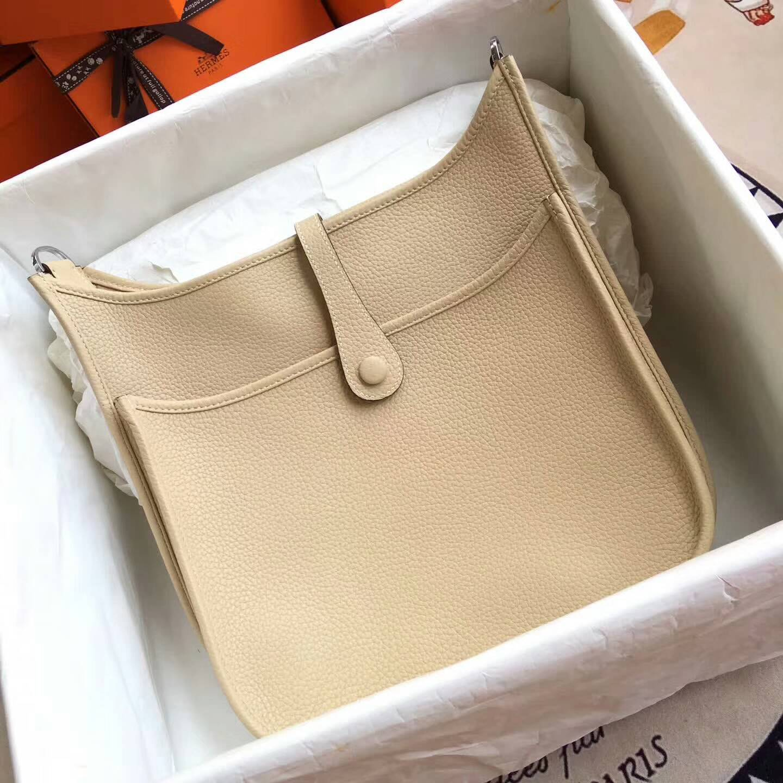 爱马仕包包 Evelyne伊芙琳 28cm Clemence 法国原产Tc皮 1F Argile 奶茶色 银扣