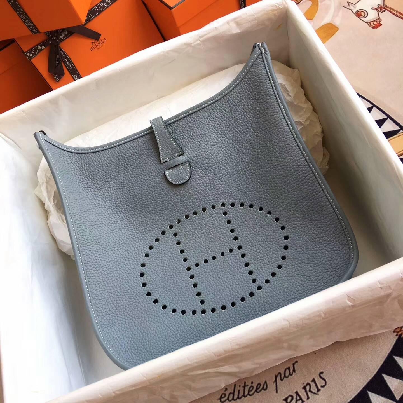 爱马仕包包 Evelyne伊芙琳 28cm Clemence 法国原产Tc皮 J7 Blue Lin 亚麻蓝 银扣