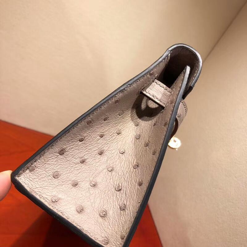 爱马仕包包批发 Mini Kelly Pochette 22cm Ostrich Leather 4Z Gris Mouette 海鸥灰 金扣 顶级工艺手缝蜡线