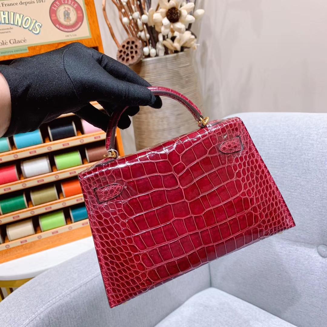 爱马仕包包批发 Mini Kelly 2代 19cm Shiny Alligator 美洲方块鳄 B5宝石红 金扣