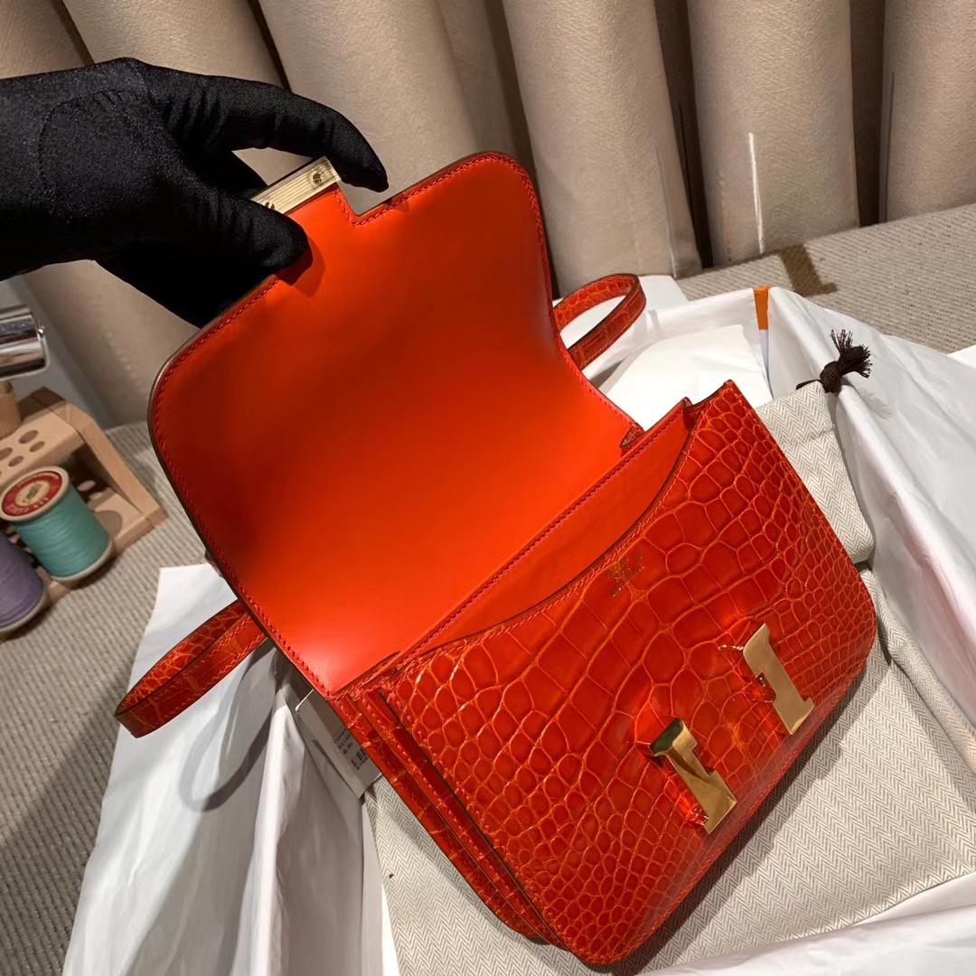 爱马仕包包 Constance 19cm 亮面方块美洲鳄 8V罂粟橙 金扣