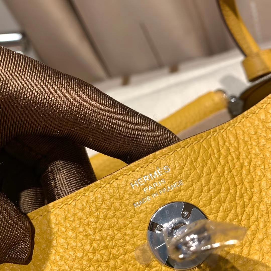 爱马仕中国官网 Mini Lindy 19cm Clemence Tc皮 9D琥珀黄 银扣