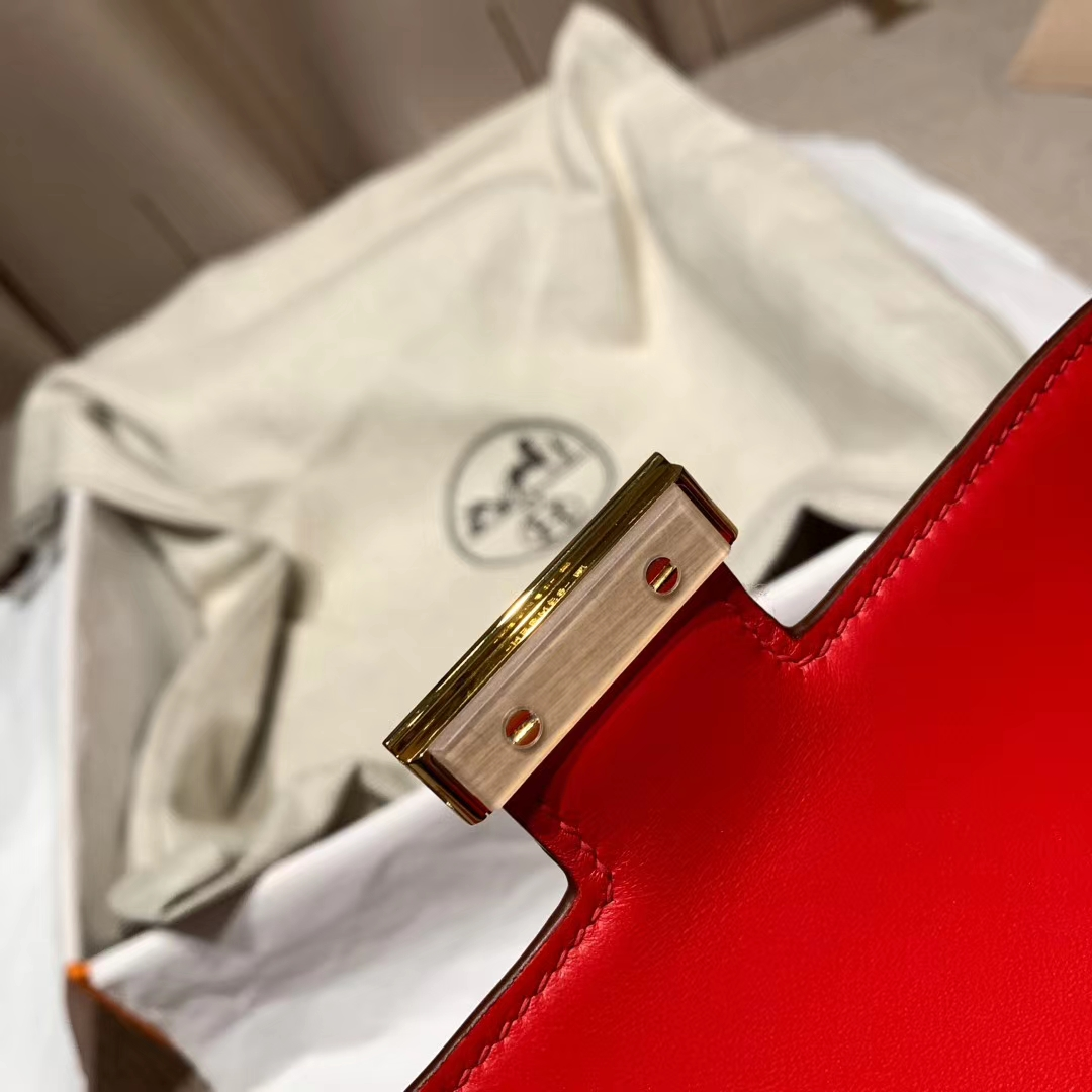 爱马仕官网 Constance 19cm 方块亮面美洲鳄 95法拉利红 金扣