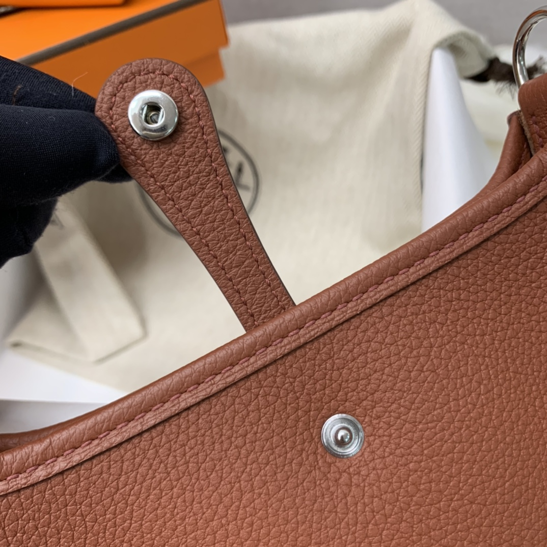 爱马仕包包 Mini Evelyn伊芙琳 17cm 进口Clemence皮 蜡线手缝 6C古铜色 银扣