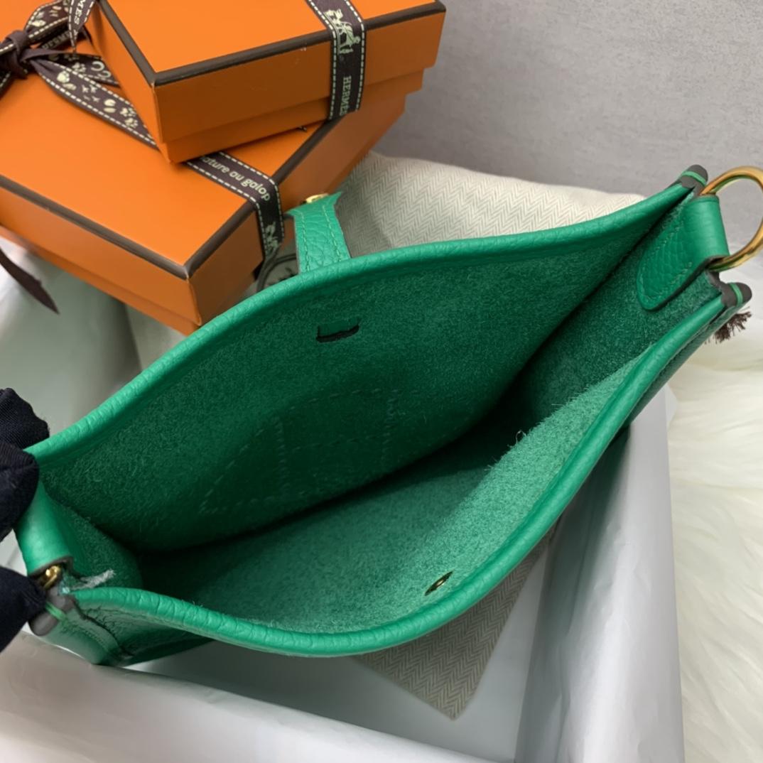 爱马仕包包 Mini Evelyn伊芙琳 17cm 进口Clemence皮 蜡线手缝 U4丝绒绿 银扣