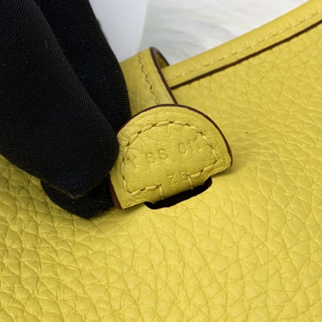 爱马仕包包 Mini Evelyn伊芙琳 17cm 进口Clemence皮 蜡线手缝 9O那不勒斯黄 金扣