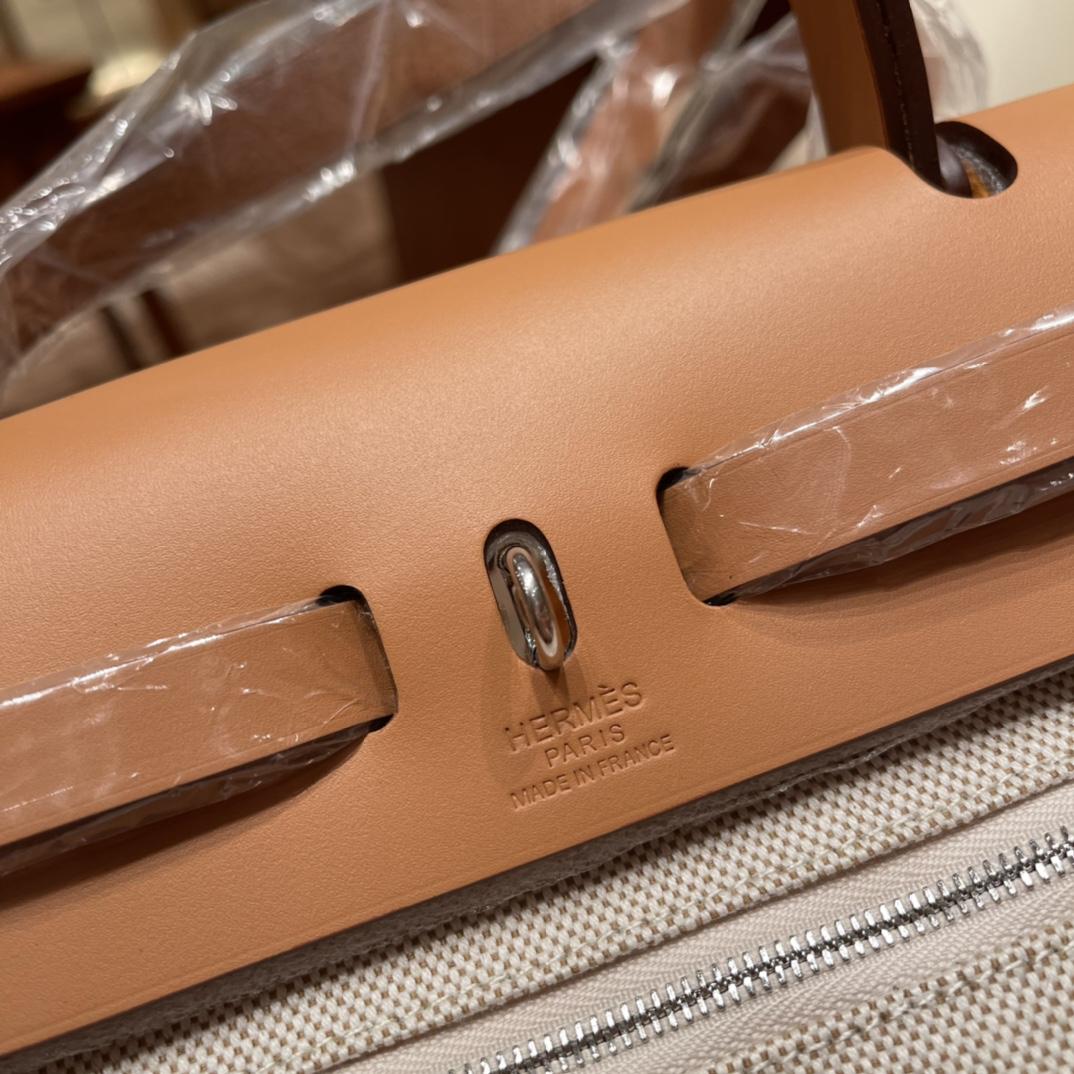 爱马仕包包批发 限量款飞马herbag 表面的浮雕设计非常精致 而且还有一层特殊的涂层有一定的保护作用